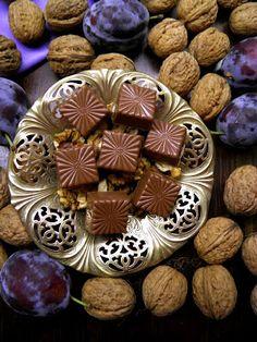 Csokoládé Reformer: Főzött diókrémes szilvalekváros bonbon tejcsokoládé burokban Mousse, Homemade Chocolate, Macarons, Peppermint, Muffin, Food And Drink, Candy, Cookies, Drinks