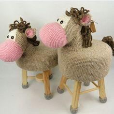 Ferrou! Agora quero fazer banquinho de cavalo... Não sei quem fez...que souber me avisa! . #crochet #croche #handmade #tapete #fiodemalha #feitocomamor #feitoamao #trapilho #totora #knit #knitting #alfombra #decor #quartodebebe #baby #decor #decoracao #artesanato #bancodecroche #banco #bancodemadeira #bancos