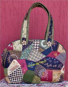 Esta bolsa necessaire é confeccionada com tecidos 100% algodão nacionais e importados, podendo variar estampas e tons conforme o gosto do cliente e disponibilidade que eu tiver no momento. R$60,00