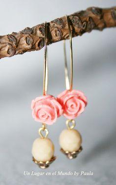 Pendiente con facetada checa de cristal y rosa de resina.