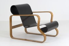 This armchair is named after the Paimio tuberculosis sanatorium in Southwest Finland. The chair was designed by Alvar Aalto at the same time as the sanatorium and it was chosen for seating in various places including the sanatorium common room. The chair was shown to the public for the first time at an exhibition of standard products held in conjunction with the Nordic Building Forum in Helsinki in 1932. Chinese Architecture, Modern Architecture House, Futuristic Architecture, Modern Houses, Alvar Aalto, Modern Furniture, Furniture Design, Common Room, Icon Design