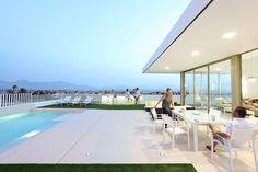 Continuidad visual proyectada por la arquitecta Pepa díaz en la #vivienda unifamiliar  #Mazarrón #Murcia, gracias a las diferentes texturas del #porcelánico Urbatek - #PORCELANOSA  - #exteriores #piscina #pavimento #foor #outdor #tiles #pool #modern #arquitectura #architecture #design #decoracion #hogar #terraza #decor