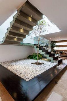 EIn topmodernes Treppenhaus mit Indoor-Baum von Aaestudio. 'treppenhaus #innenarchitektur #innenraumbepflanzung #homify