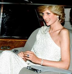 Princess Diana is pictured in Hong Kong in wearing a pearl and diamond tiara that was a wedding gift from the Queen  Catherin. Princess Diana And Dodi, Real Princess, Princess Kate, Princess Of Wales, Princess Diana Jewelry, Lady Diana Spencer, Driving Miss Daisy, Meghan Markle, Prinz Charles
