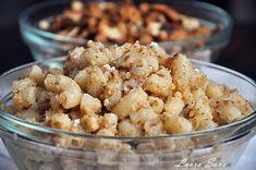 Aceste macaroane cu nuca de post ma duc cu gandul la alte vremuri. Si cele cu mac, parca si mai mult… Acum, insa,am ales sa va aratvarianta cu nuca, pentru ca mami a mea draga tine post si iubeste nuca 🙂 Un desert de post mai gustos si mai rapid nu cred ca exista!!! Poate … Vegetarian Recipes, Snack Recipes, Snacks, Romanian Food, Romanian Recipes, Pasta, Good Wife, Christmas Cooking, Vegan Sweets