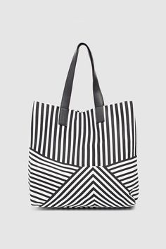 Pin by Silvia Beatriz on carteras Jute Tote Bags, Diy Tote Bag, Canvas Tote Bags, Fabric Purses, Fabric Bags, Patchwork Bags, Denim Bag, Womens Purses, Cloth Bags