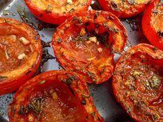 Geroosterde tomaten, met verse kruiden, knoflook en olijfolie.