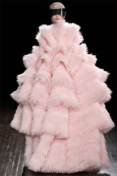 A marshmallow has exploded in the Alexander McQueen catwalk.  Where has the magic of the King gone :(  Sorry Sarah Burton, but this time you missed the spot!