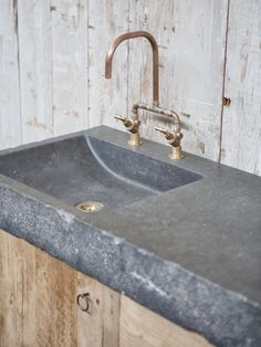 Bathroom furniture old wood with solid Belgian bluestone Rustic Bathroom Shower, Rustic Bathrooms, Diy Bathroom Decor, Bathroom Furniture, Small Bathroom, Concrete Sink, Concrete Kitchen, Concrete Furniture, Concrete Design