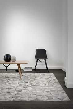 Monochrome leather rug with a geometric pattern from Woven looks great in a minimalist Scandinavian interior design scheme Scandinavian Interior Design, Modern Interior, Interior Architecture, Minimalist Scandinavian, Living Furniture, Furniture Design, Mad About The House, Muebles Living, Tapis Design