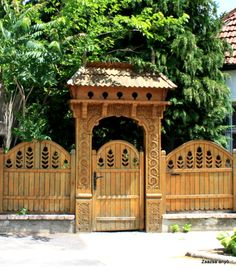 Zsazsa anyo képe. Garden Gates And Fencing, Garden Gazebo, Backyard Fences, Fence Gate, Wooden Gates, Fence Design, How To Antique Wood, Places Around The World, Traditional House