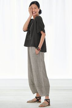Natural SP Roma Top by Lisa Bayne . A top that looks great on nearly everyone and layers beautifully with almost everything. With a high-low hem and extended shoulders, it offers cool coverage in breezy linen. Mode Outfits, Casual Outfits, Fashion Outfits, Womens Fashion, Fashion Ideas, Fashion Over, Look Fashion, Fashion Design, Mode Monochrome