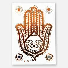 Das Metallic Tattoo 207 mit einer grossen Hand in Gold und vier kleinen Blumen in Silber und Gold. 1 Blatt im Format 102 x 72 mm. Das Blatt enthält 5 Sujets.