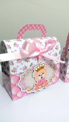 Maletinha Ursinha Princesa. <br>Fazemos todos os temas.                                                                                                                                                                                 Mais 1st Birthday Princess, 1st Birthday Parties, Cardboard Crafts, Paper Crafts, Box Templates Printable Free, Royal Baby Showers, Bear Party, Packing Boxes, Ideas Para Fiestas