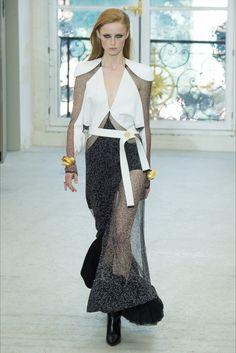 Guarda la sfilata di moda Louis Vuitton a Parigi e scopri la collezione di abiti e accessori per la stagione Collezioni Primavera Estate 2017.
