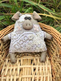 Owl Fabric, Fabric Toys, Fabric Crafts, Sewing Crafts, Sewing Projects, Pig Crafts, Diy And Crafts, Tilda Toy, Handmade Stuffed Animals
