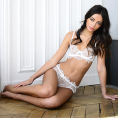 3407961209 Crafted from a luxurious pale cream French chantilly lace