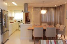 Uma maneira simpática de unir sala da jantar e cozinha em um único espaço pequeno. Projeto Cris Paola Foto Hamilton Penna #studiocrispaola #espaçospequenos #cozinhaintegrada