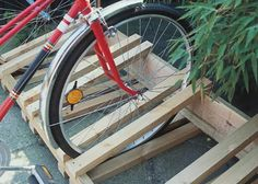 Simple and stable this is a bicycle rack that does not damage rims and tires. Pallet Bike Racks, Diy Bike Rack, Bicycle Rack, Diy Furniture Projects, Diy Wood Projects, 8x8 Shed, Bike Shelf, Build Your Own Shed, Bike Store
