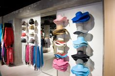 The Beam system displays accessories such as hats and scarves effectively. Shoe Rack, Beams, Scarves, Retail, Display, Accessories, Scarfs, Floor Space, Billboard