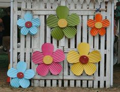 tin sheet metal outdoor art. saw this on Facebook and thought i would share... gonna make these for sure!!! Sheet Metal Crafts, Sheet Metal Art, Aluminum Can Crafts, Tin Can Crafts, Tin Can Flowers, Wooden Flowers, Metal Flowers, Corigated Metal, Metal Yard Art