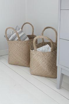 Villaa ja vaniljaa -blogi Basket Bag, Basket Decoration, Deco Furniture, Flower Basket, Shabby, Storage Baskets, Home Decor Inspiration, Basket Weaving, Wicker Baskets