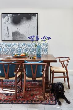 Discover how this London townhouse was updated into a smart family home that elegantly mixes contemporary style and antique furnishings Dining Table Dimensions, London Townhouse, Victorian Terrace, Room Goals, Contemporary Style, Home And Family, Dining Chairs, Living Room, House Styles