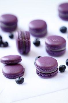 Macarons aux myrtilles et à la violette > Recette Macarons, Macaron Cookies, Cupcake Cookies, Macaroon Cake, Macaroon Recipes, Ganache Macaron, Meringue Pavlova, Malva, Dessert Bread