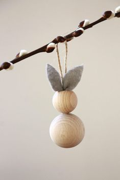 Osterbasteln: Ideen für Osterhasen aus Holzkugeln Tinker Easter pendants: For this Easter crafting idea you need only little crafting material and little time. The Easter [. Happy Easter, Easter Bunny, Spring Decoration, Navidad Simple, Diy 2019, Diy Cans, Easter Table Decorations, Easter Centerpiece, Easter Decor