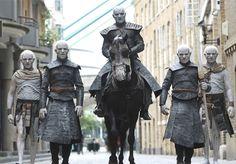 """A estreia da sétima temporada de Game of Thrones é o acontecimento mais importante do showbusiness internacional e, para reascender a mania pela série – como se alguma pessoa em todo o ocidente já não estivesse devidamente informada que Got está de volta – vale todo tipo de ação publicitária. Em Londres, por exemplo, uma pequena legião de """"White Walkers"""" invadiu o centro da cidade, com direito ao rei sobre um cavalo e armas. Cada ator precisou de 4 horas de maquiagem antes da caminhada, e o…"""