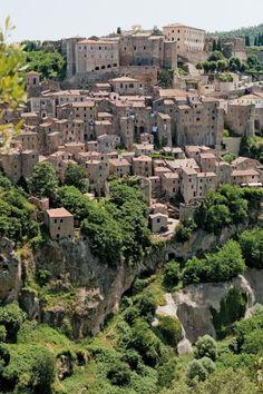 Bollwerk gegen den Papst: Sorano liegt hoch auf einem Felsplateau. Von hier wurde einst die Grenze zum Kirchenstaat überwacht, die kurz vor ...