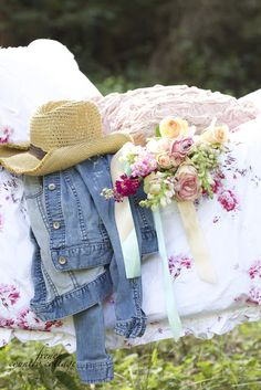 °¤*(¯`★´¯)*¤°There's my hat, my denim jacket, bunch of Roses & floral comforter ~ perfect for time out in the country Country Blue, French Country Cottage, Country Charm, Country Girls, Cottage Style, Cottage Living, Country Living, Romantic Cottage, Romantic Homes