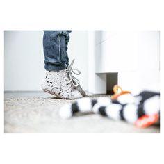 "66 Likes, 1 Comments - Mockies.nl (@mockies.nl) on Instagram: ""•Mockies speckle boots✌🏻www.mockies.nl 📷: @huisje.vol.liefde #mockies #moccs #babyshoes #babytrends…"""