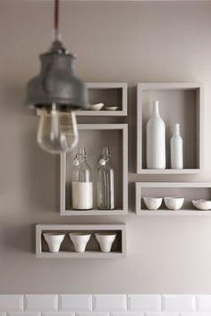 Idea de la arquitecta Marianne Evennou: en lugar de poner estantes normales en tu cocina, prueba con estos de formas geométricas ¡queda muy decorativo!