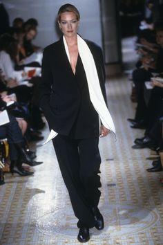 Hermès Fall 2001 Ready-to-Wear Fashion Show Collection: See the complete Hermès Fall 2001 Ready-to-Wear collection. Look 30 Curvy Fashion, Runway Fashion, High Fashion, Fashion Beauty, Fashion Show, Fashion Design, Women's Fashion, French Fashion, Street Fashion