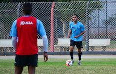 Edson Sitta treina entre os titulares e pode começar a partida contra o CRB #globoesporte