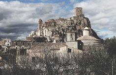 Arrivare a Craco - il paese fantasma in provincia di Matera abbandonato dopo una frana disastrosa, nel 1963, seguita da altri smottamenti - dà la stessa emozione che devono aver provato i registi che l'hanno scelta come set. Una meraviglia per migliaia di turisti (circa 12mila nel 2015) che si spingono fin qui e che trovano un paese che non vuol morire. Francesco Rosi girò a Craco alcune scene del suo Cristo si è fermato a Eboli e l'immagine del paese finì ...