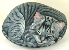 Sleeping kitty catthese are the best rock painting ideas! Painted Rock Cactus, Painted River Rocks, Painted Rocks Kids, Painted Stones, Painted Fish, Painted Pebbles, Rock Painting Patterns, Rock Painting Ideas Easy, Rock Painting Designs