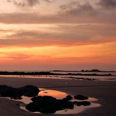A gorgeous reflecting #sunset at Tamarindo #beach @CapitanSuizoCR  #costarica #sunsets #crexperts