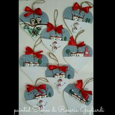 icu ~ Cuori in legno decorati con sassi Christmas Pebble Art, Polymer Clay Christmas, Christmas Ornament Crafts, Christmas Wood, Christmas Crafts, Christmas Decorations, Stone Crafts, Rock Crafts, Wood Pallet Art