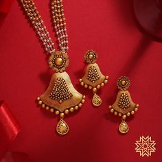 Jewelry OFF! Intricate florals for your ethnic attire. Gold Bangles Design, Gold Earrings Designs, Necklace Designs, Gold Jewelry Simple, Gold Jewellery, Wedding Jewelry, Antique Jewellery Designs, Antique Jewelry, Gold Mangalsutra Designs