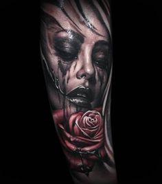 Tattoo Frau Schminke verwischt