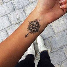 Tatouages: on mise sur le voyage - Une boussole façon mandala. © Pinterest Rebecca Fearn