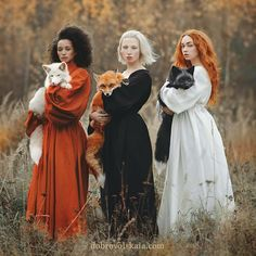 Moscow-based photographer Anastasiya Dobrovolskaya captures the diverse color of foxes in her stunning image, Autumn Equinox. Moscow-based photographer Anastasiya Dobrovolskaya captures the diverse color of foxes in her stunning image, Pretty People, Beautiful People, Fuchs Illustration, Jolie Photo, Looks Cool, Pretty Pictures, Character Inspiration, Art Photography, Halloween Photography