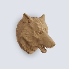 Decorate your living room with a recycled cardboard wolf trophy! The statues are mounted from cardboard plates cut with laser for maximum precision.