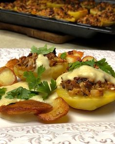 """Vegánske Recepty on Instagram: """"Plnené, pečené zemiaky s cesnakovo-cesnakovou omáčkou. . 6 veľkých zemiakov Cibuľa 8 šampiňónov Petržlen (koreň aj vňať) 100 g bieleho tofu…"""" Tofu, Baked Potato, Potatoes, Baking, Ethnic Recipes, Instagram, Potato, Bakken, Backen"""