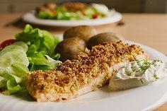 Lachs unter der Meerrettichkruste mit Feldsalat und Kartoffelcroutons Fish Dishes, Salmon Burgers, Bagel, Baked Potato, Chicken, Meat, Baking, Ethnic Recipes, Food
