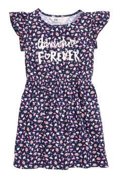 Платье : Платье из мягкого трикотажа с принтом. У платья короткие рукава-крылышки и декоративная строчка по горловине. Талия отрезная на резинке.