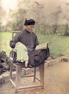 Un lettré lisant environ de Hanoi, 1915