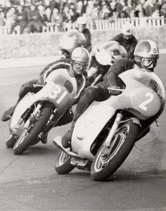 MV Agusta, Giacomo Agostini is Mike Hailwood. Motorcycle Racers, Motorcycle Posters, Motorcycle Types, Racing Motorcycles, Mv Agusta, Vintage Bikes, Vintage Motorcycles, Indian Motorcycles, Moto Guzzi